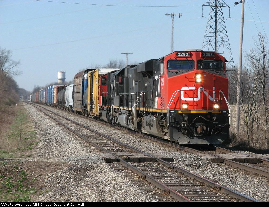 CN 2293 leads M392 eastward