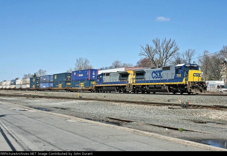 CSX 7616 on Q-118