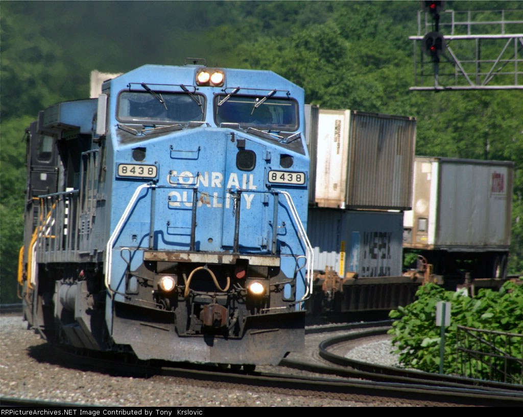 NS 8438 Hugging the curve