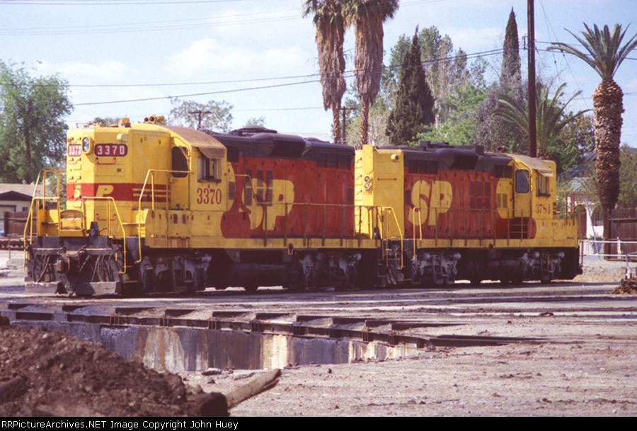 SP 3370 and 3784 both GP9R's in Kodachrome.