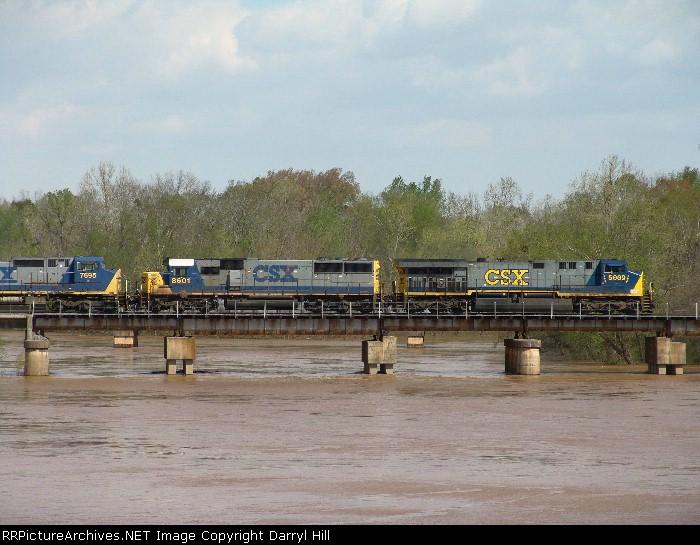 CSX 5009 crossing a very swollen Flint River
