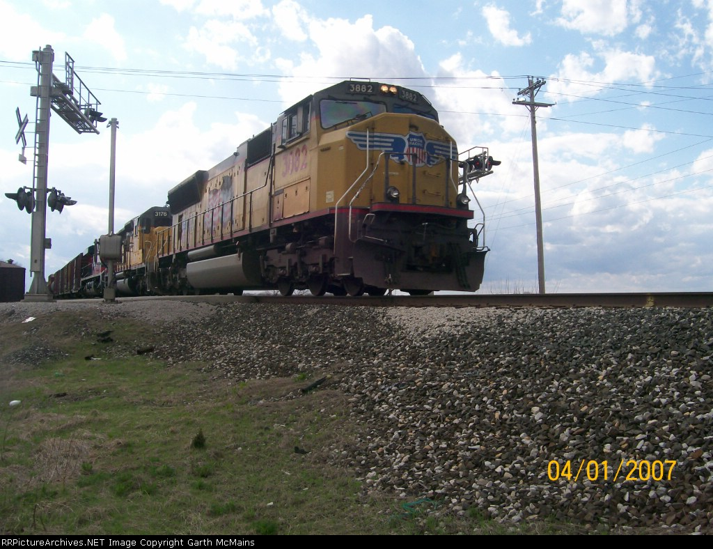 UP 3882 leads Q234 with an FXE third in consist