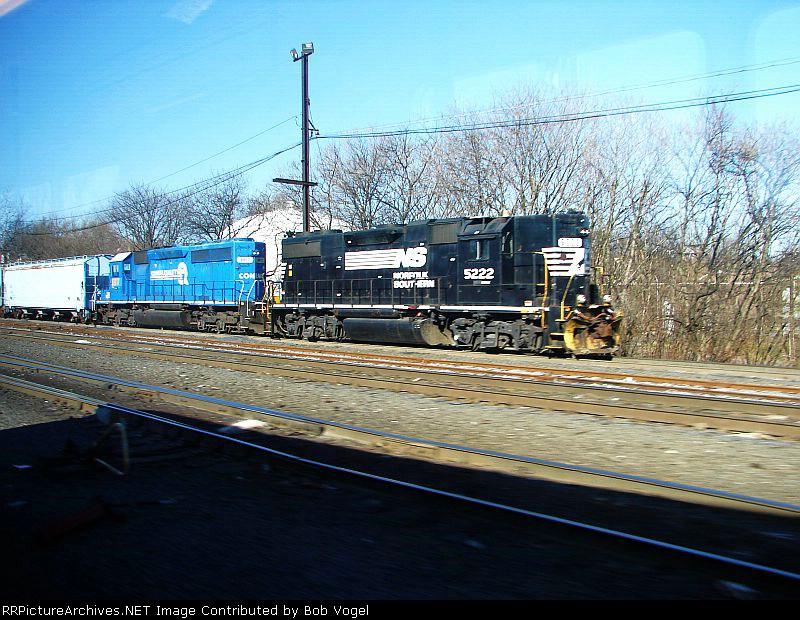 NS 5222 and CSX 8817