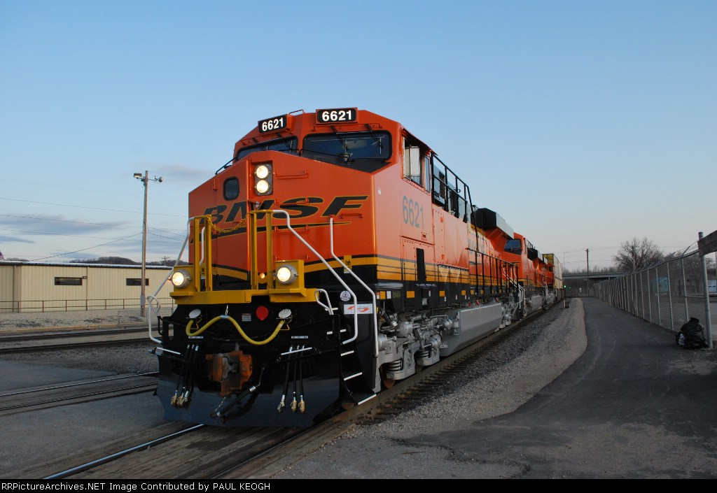 BNSF 6621 with BNSF 7266/7268  as they wait to go north with the Z CHI-PTL.