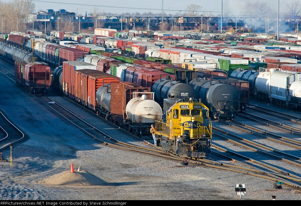 BNSF 1924 switches the yard