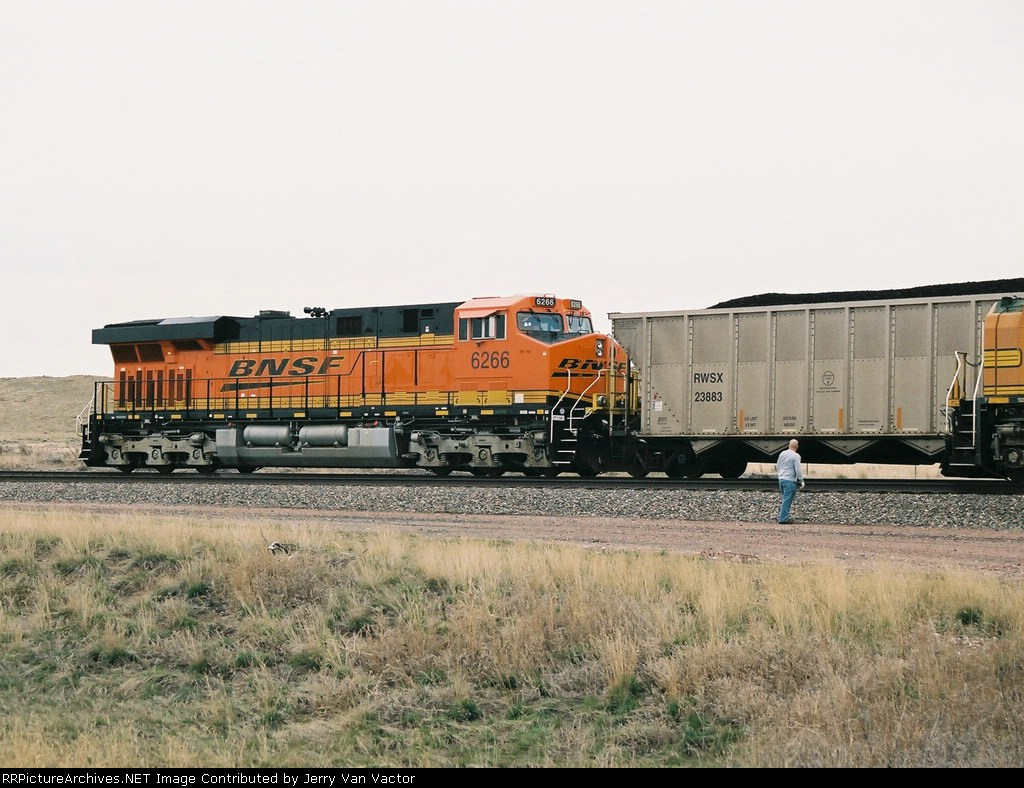 BNSF 6266 CPU passes as crew of wb 9880 watches