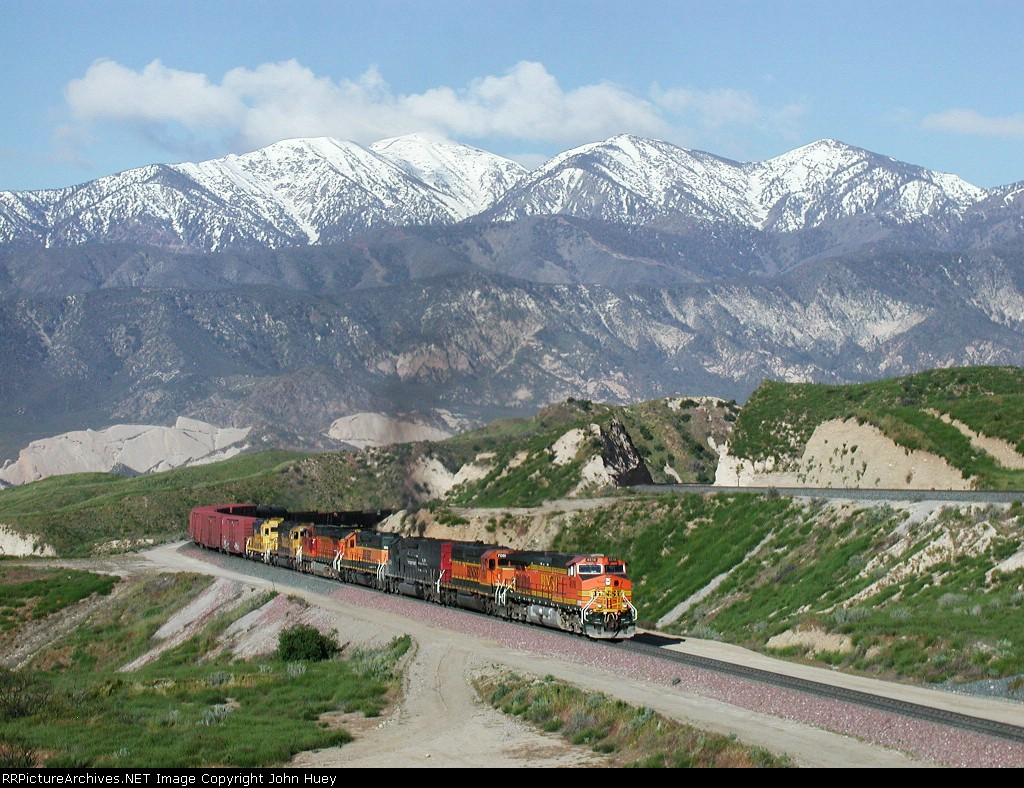 BNSF 4518 leads the way just west of the summit