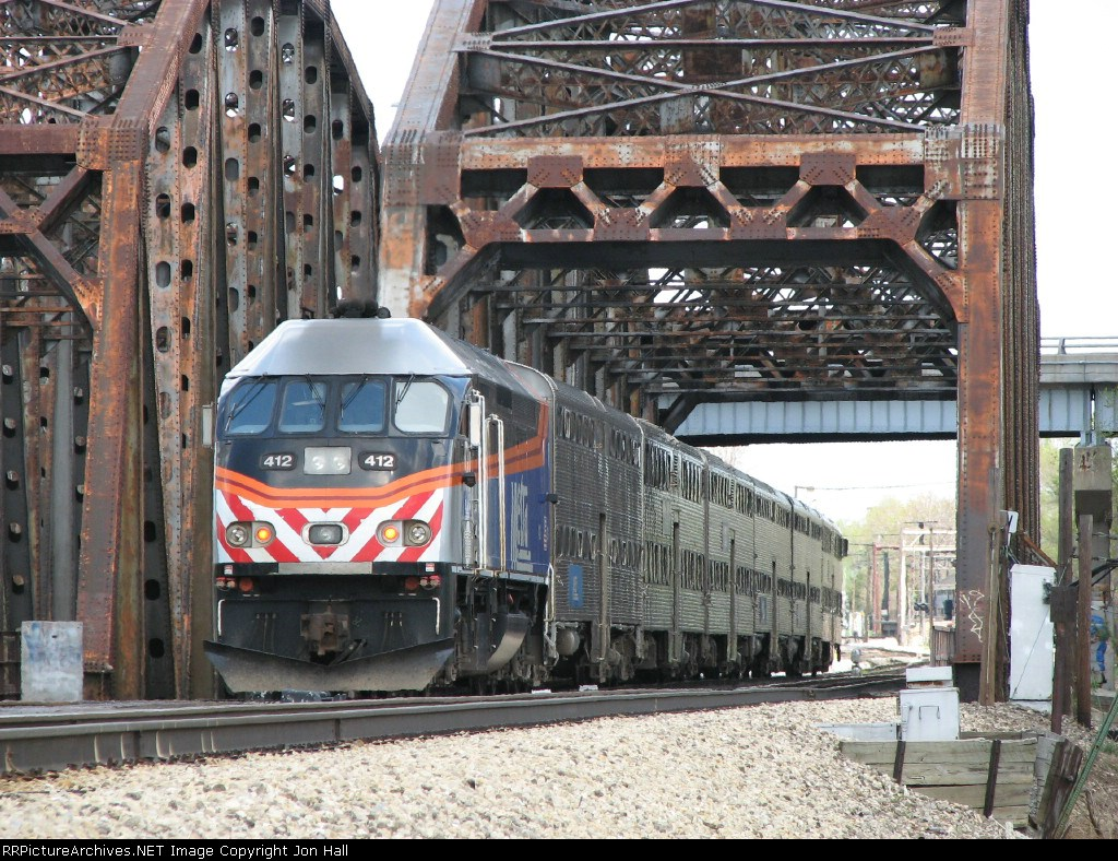 METX 412 shoves its inbound train away