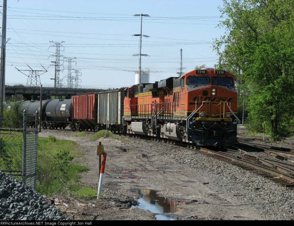 BNSF 7210 & 5178 roll out of Barr Yard with K680-17