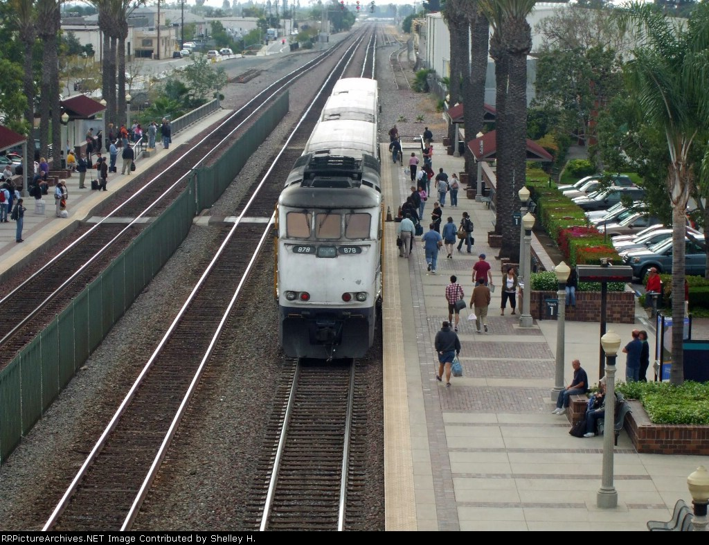 A great ariel view of 878 in the station with tons of people on the platforms!