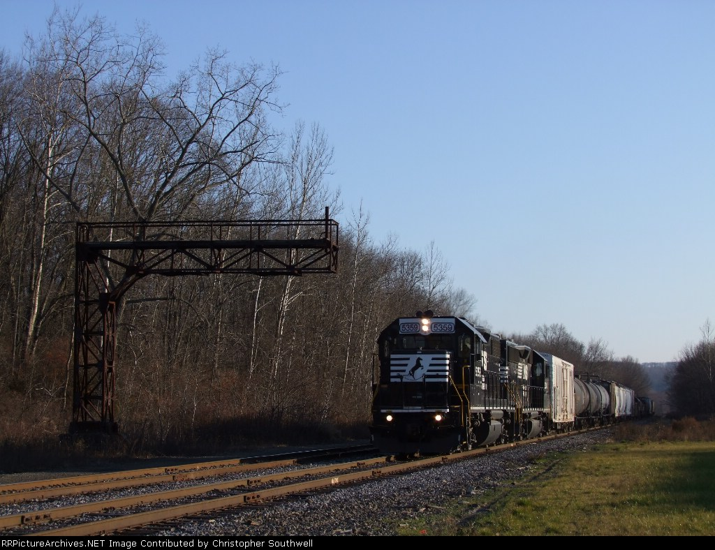 NS 5359 leads C90 up the Jack track into the yard