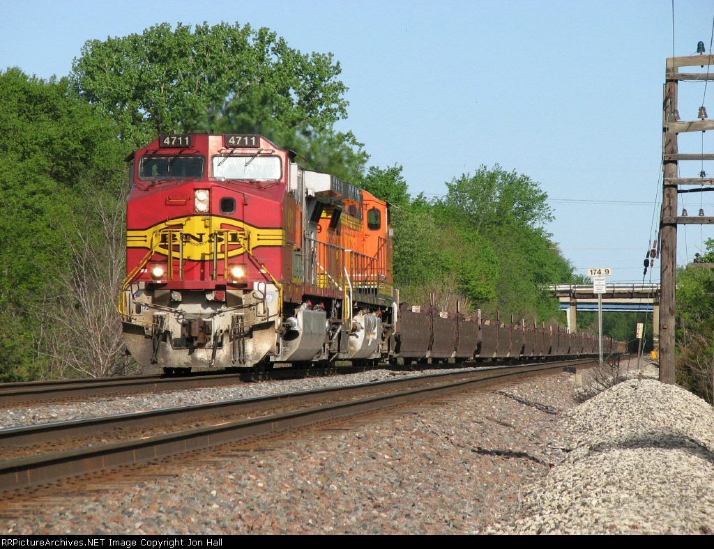 BNSF 4711 & 4759 roll east on the old ATSF with baretables