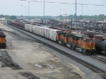 BNSF 4186 leads an inbound freight through the yard