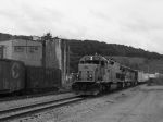 BP 3302 leads SIJB south past some old boxcars