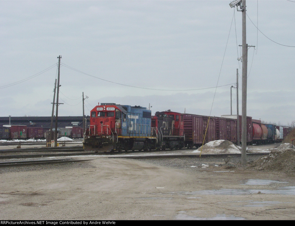 GTW 4914 and WC 1566 are the yard switchers
