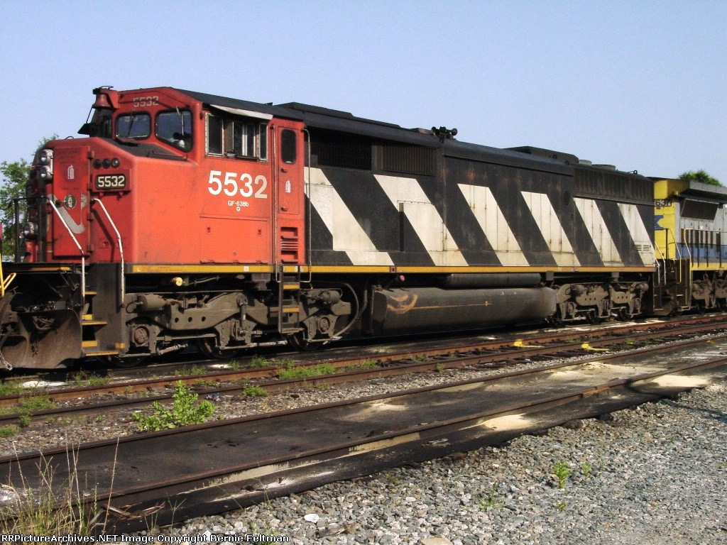 CN 5532 (SD60F), on its tour of the south,