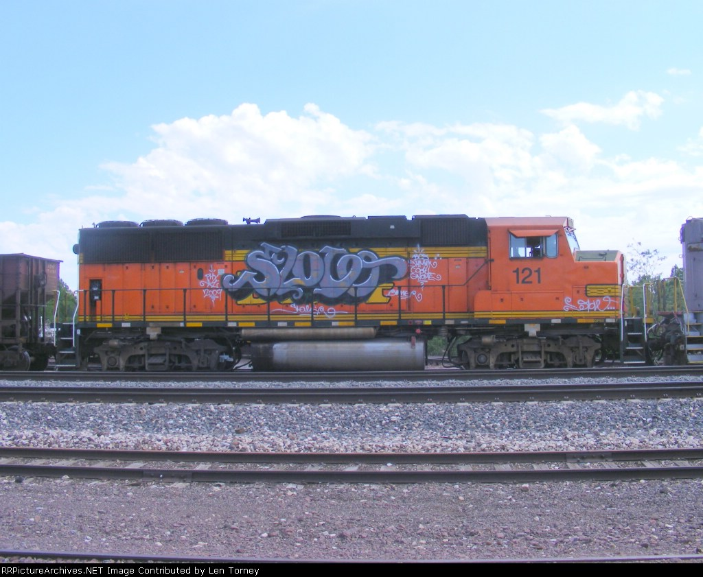 BNSF 121 in profile