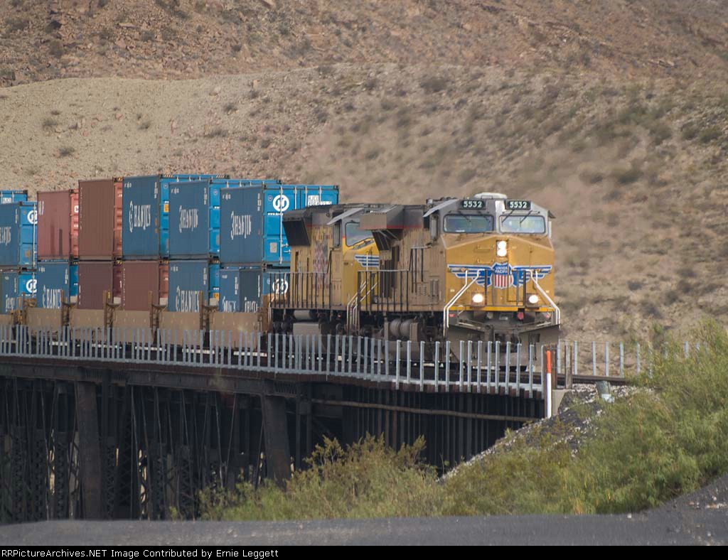 UP 5532 leads an EB doublestack IHJSAX at 8:19am