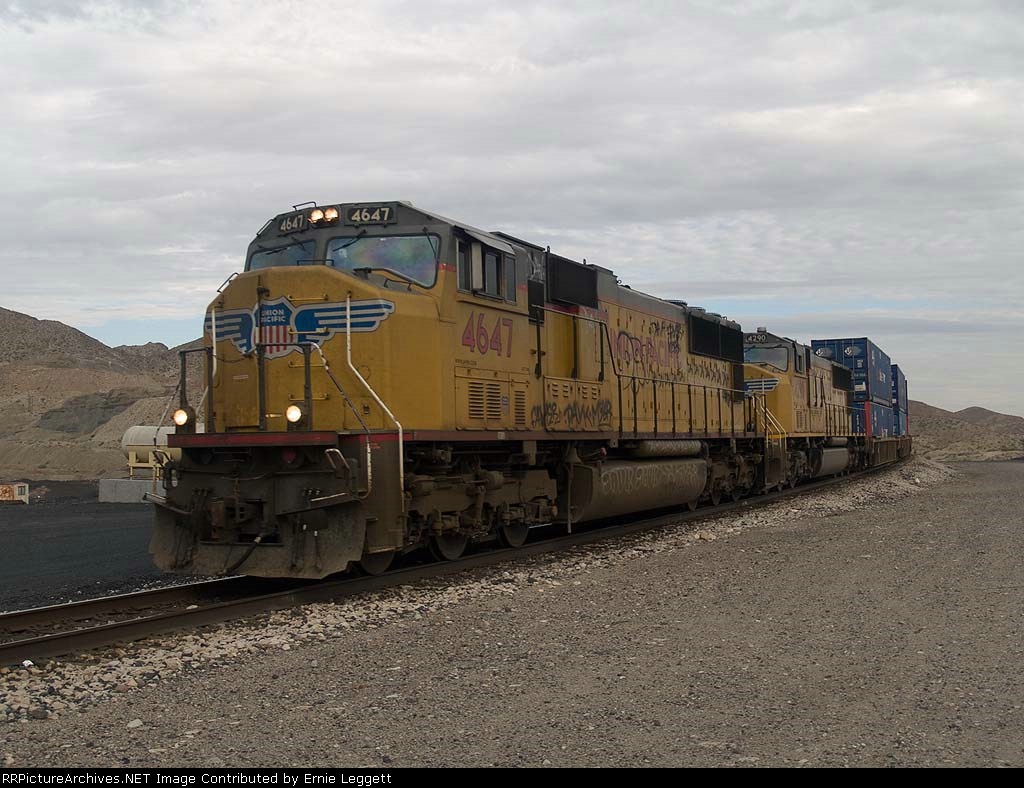 UP 4647 leads an EB ZTUCS (Tucson - Chicago Canal Street) at 7:48am