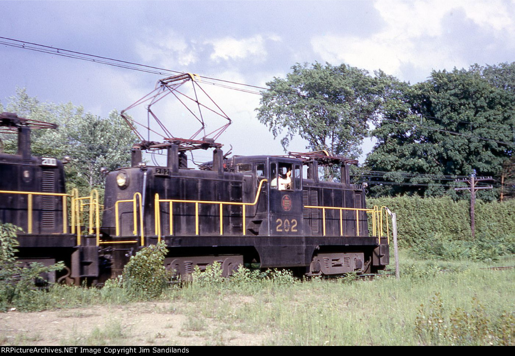 CN steeplecab electrics 202 and 200 at Laval Links on June 17, 1966.