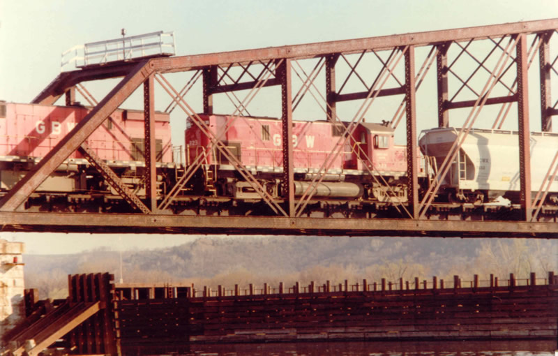 GB&W 323 crossing the Mississippi