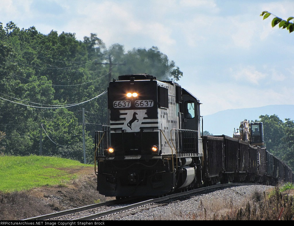 NS 6637 bringing the 932 MOW train over a hump