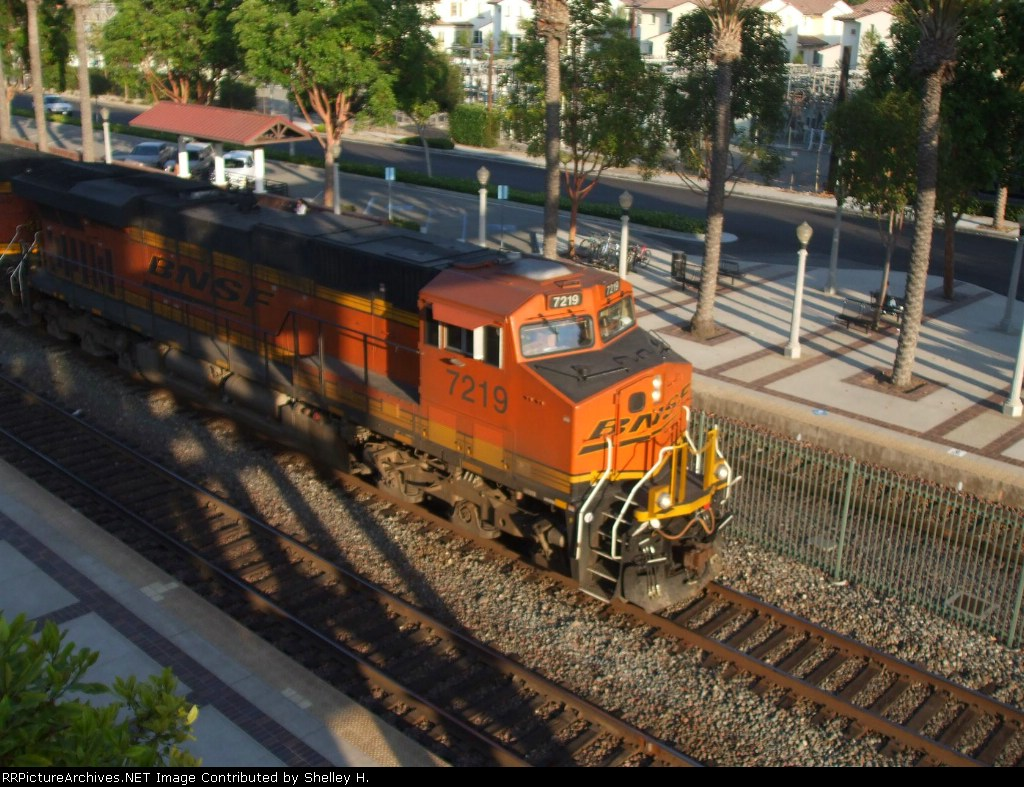 BNSF 7219 leading a BNSF train through fullerton