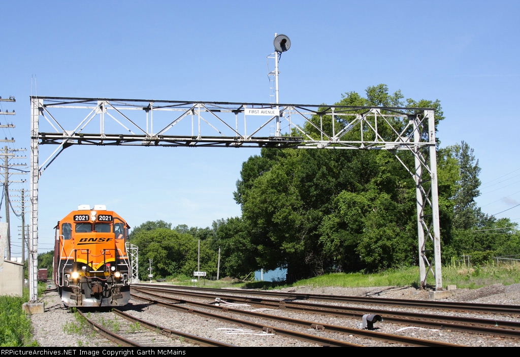 BNSF RCHI8461-24 departs to switch Del Monte