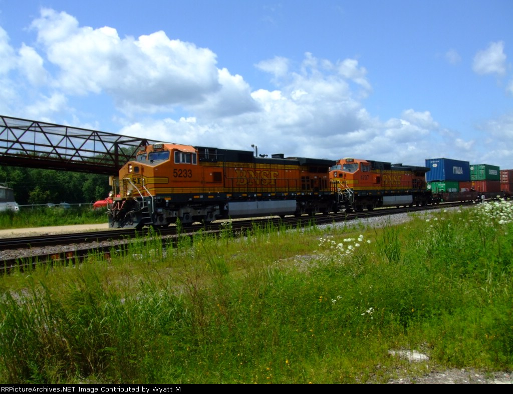 BNSF 5233 and 4797