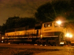 "BNSF SD70MAC ""Vomit Bonnet"" en la madrugada"