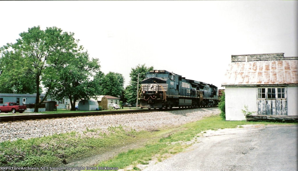 NS 9000 Leads an eastbound