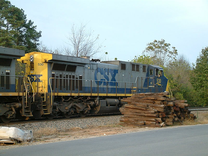 CSX 530 and a big pile of ties