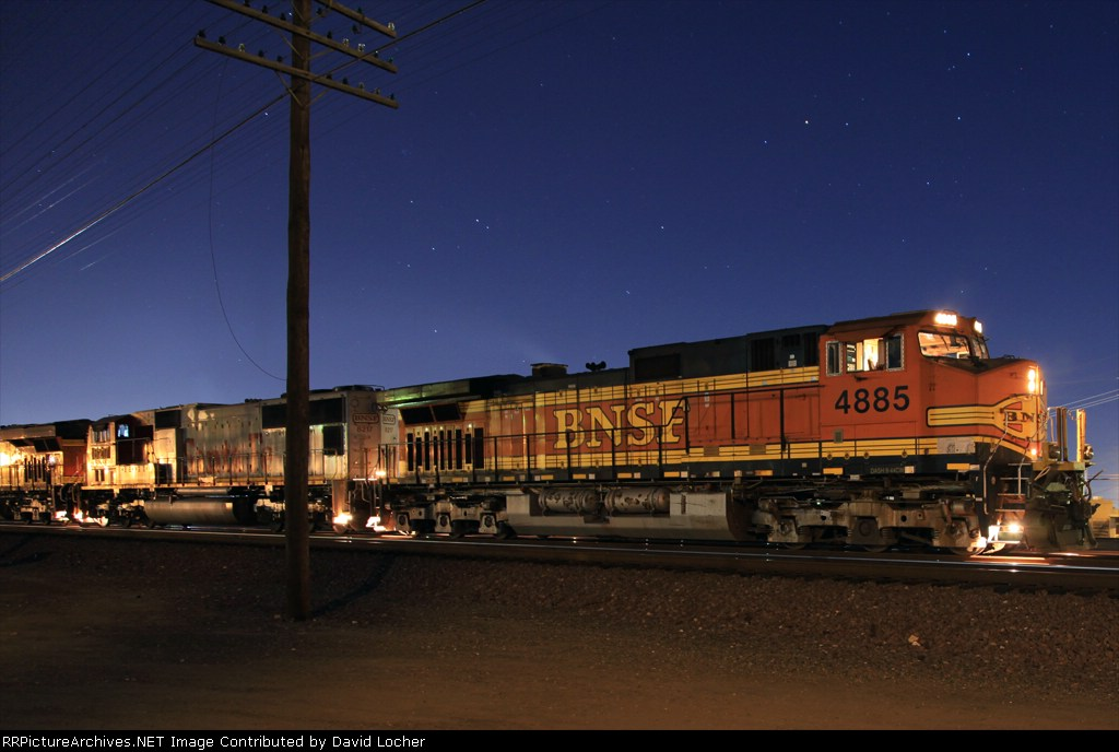 BNSF 4885 about to high ball