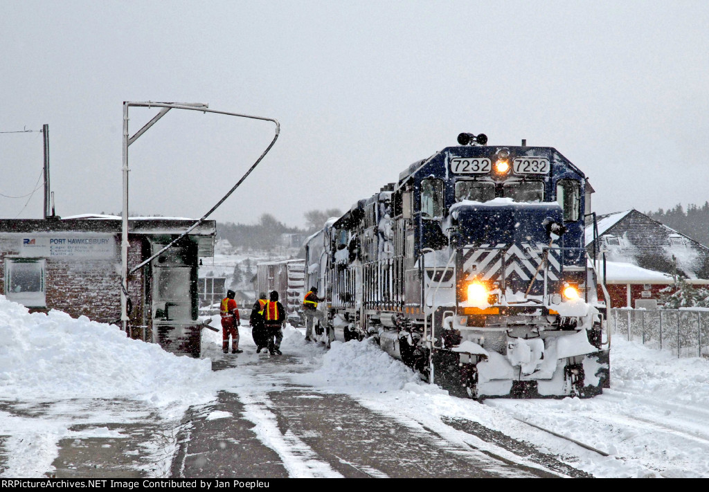 HLCX 7232 with the first Train after an Blizzard