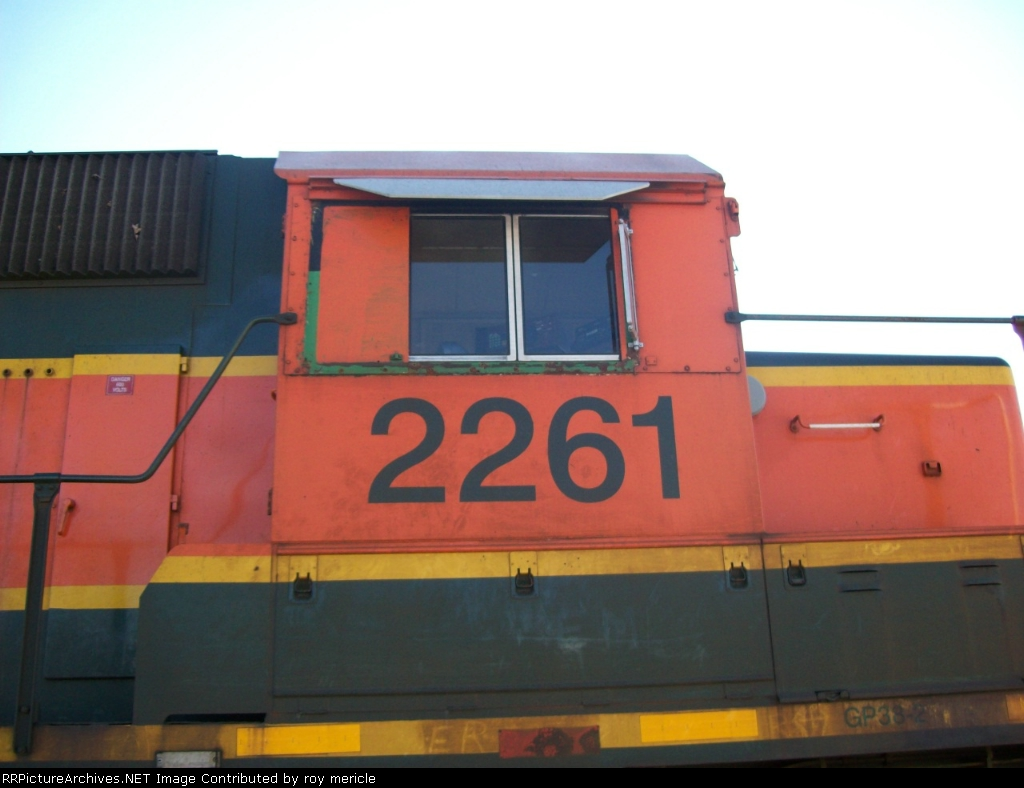 BNSF 2261 YOU CAN SEE THE BN GREEN & BLACK AROUND THE WINDOW .