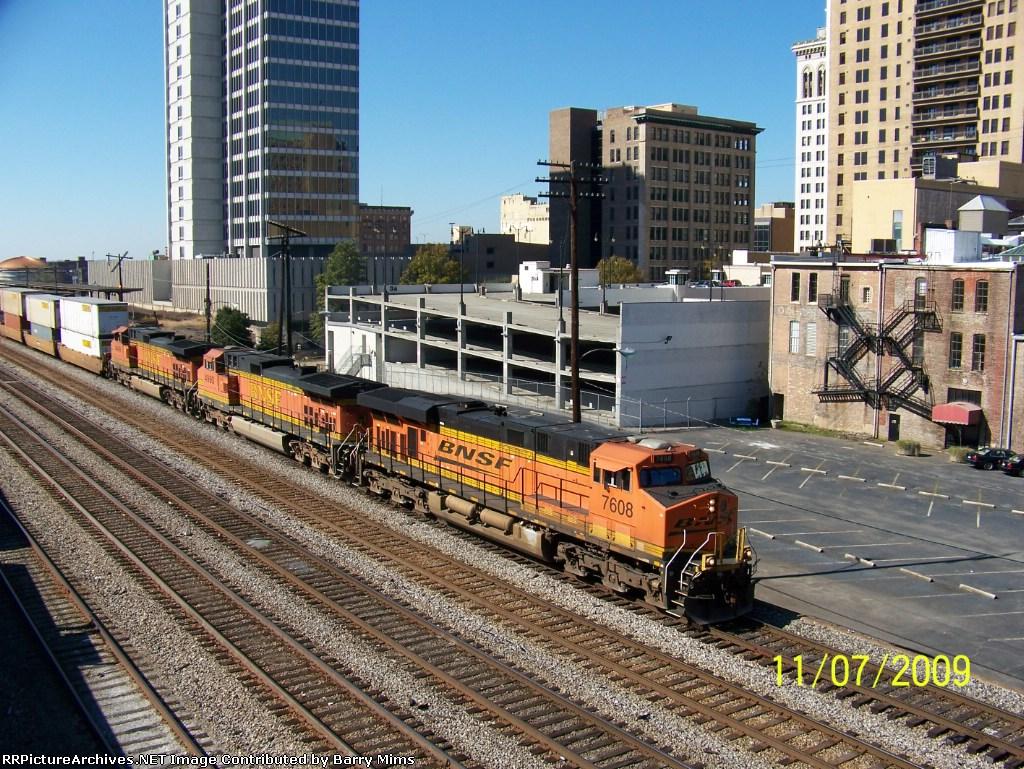 BNSF 7608 leads CSX Q184