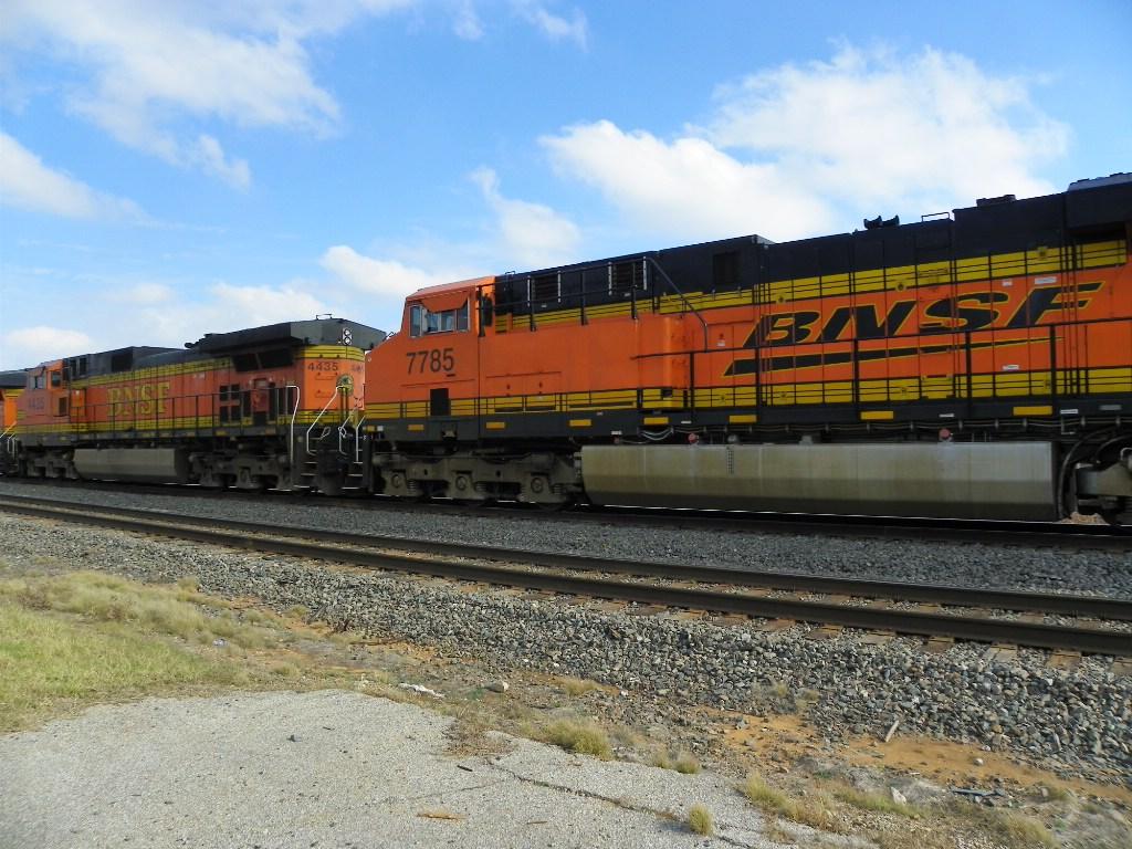 BNSF C44-9W 4435 & BNSF ES44DC 7785