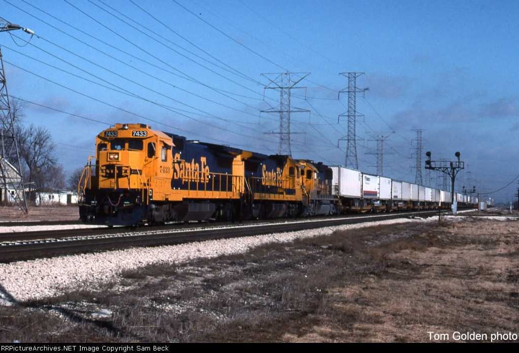 ATSF 7433, 7422, and 4011 on The Mail