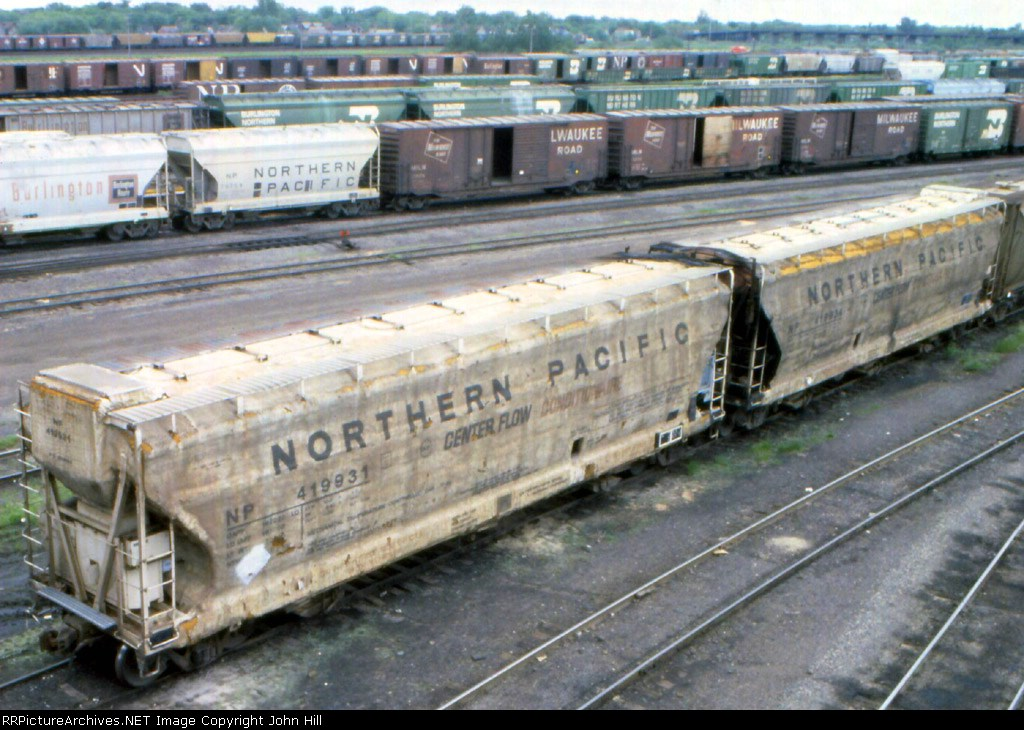 "1185-01a NP Insulated & Refrigerated ""Conditionaire"" cars at BN Belknap St. Yard"