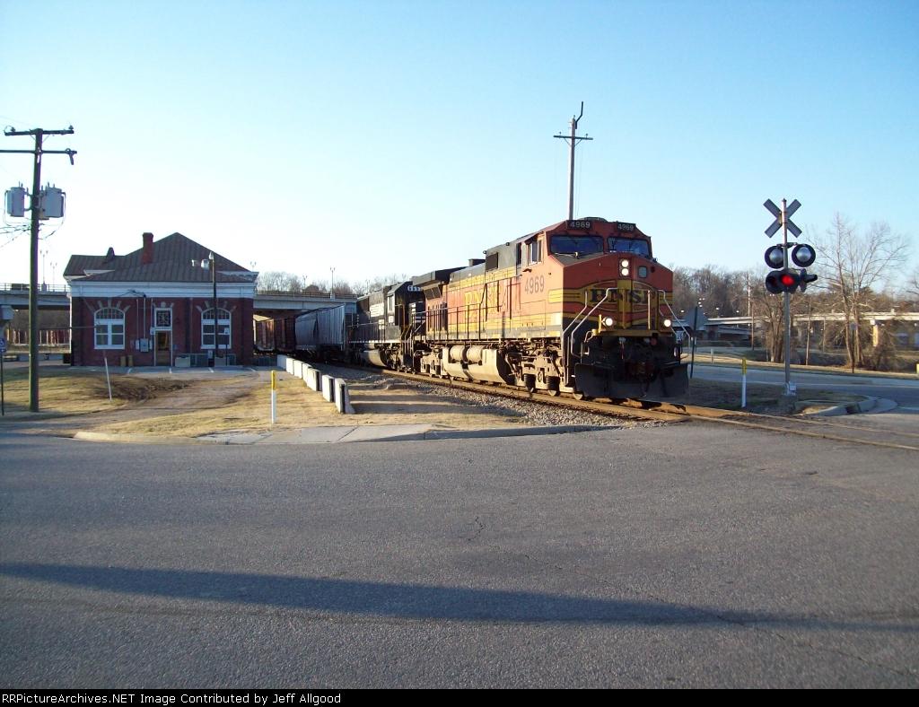 NS V18 passes N&W Station on the Oldline