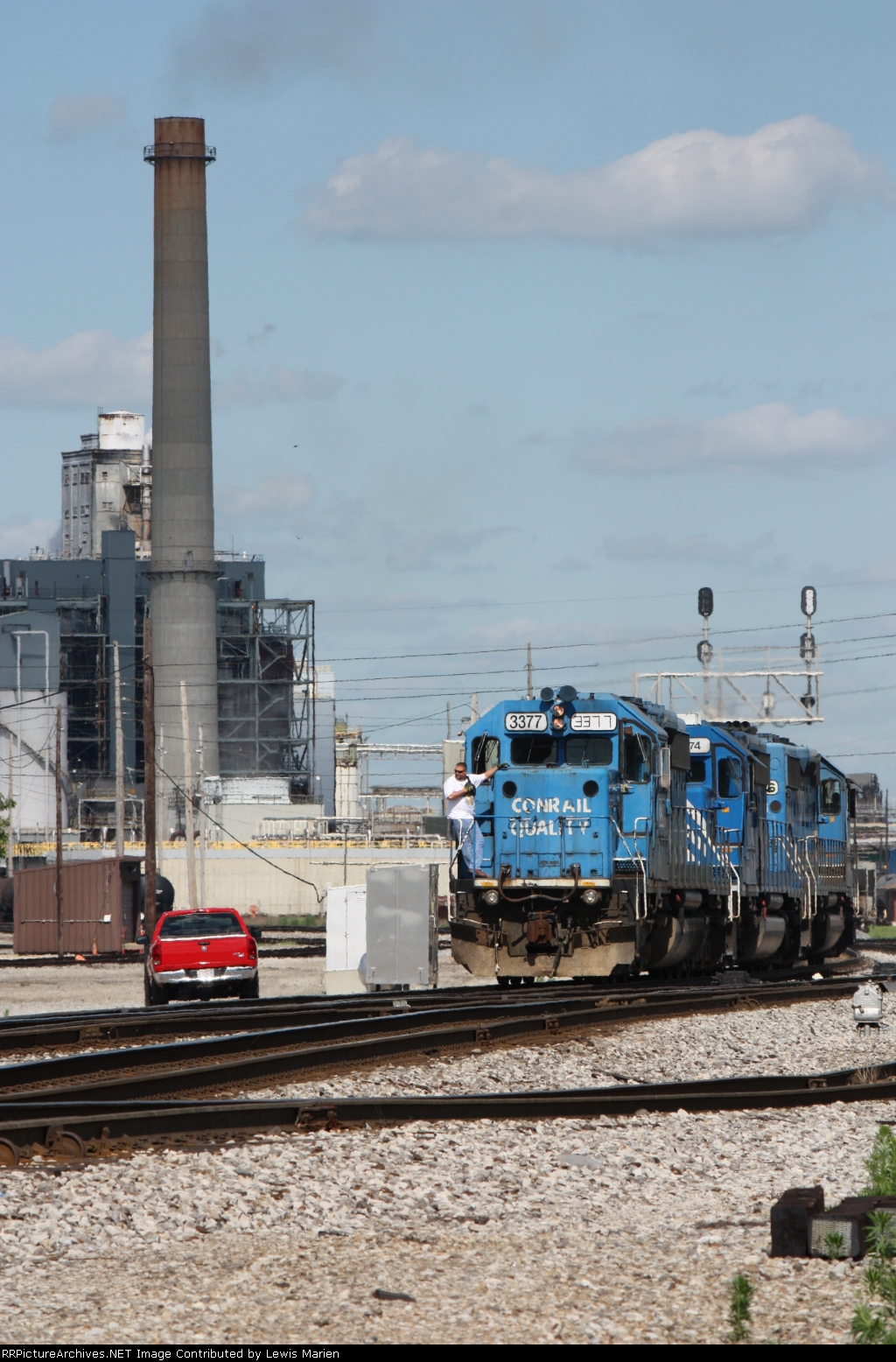 NS 3377, trio of SD40-2s switching and going to the roundhouse
