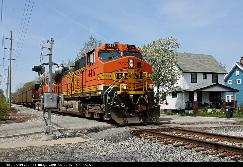 BNSF 4417 on NS 555