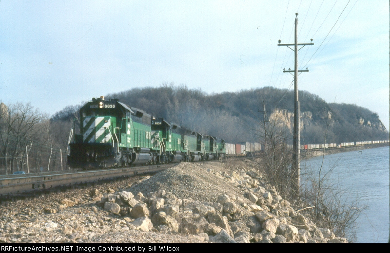 BN intermodal photographed along the Mississippi