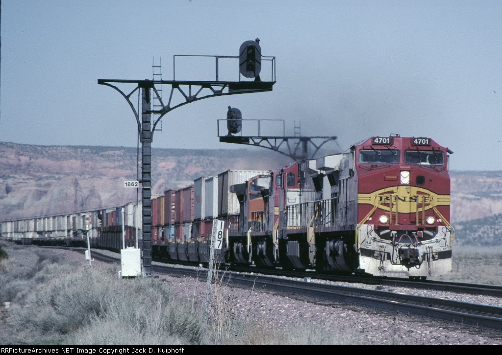BNSF 4701 is west bound passing the signals at mp187,