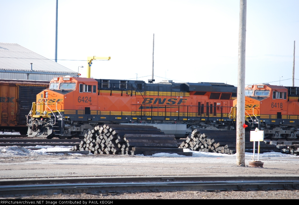 BNSF 6424 and BNSF 6418 wait for there next train at the BNSF Lincoln yard.