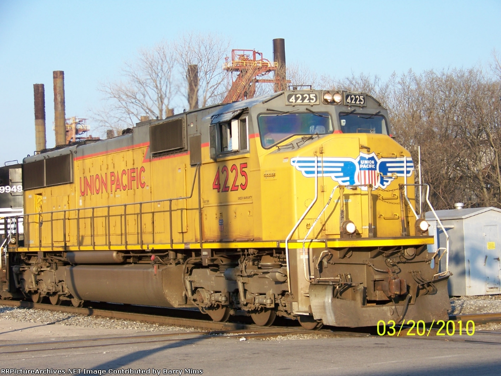 UP 4225 leads NS train 22R at 32nd st
