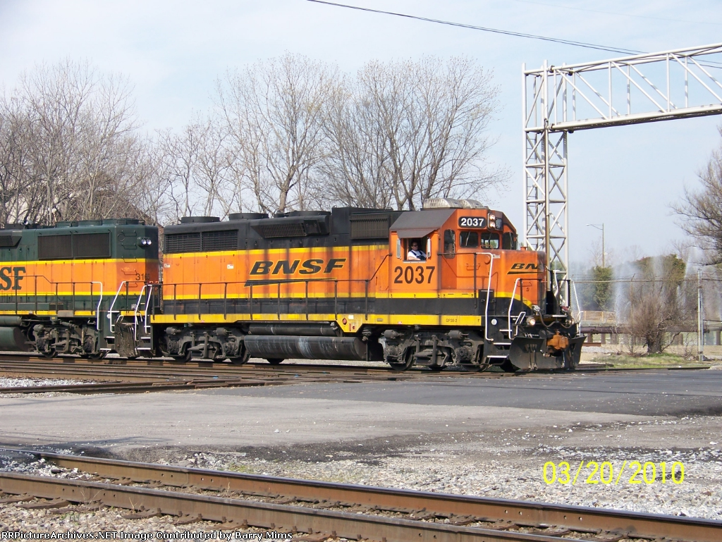 BNSF 2037 leads BNSF NS transfer at 32nd st