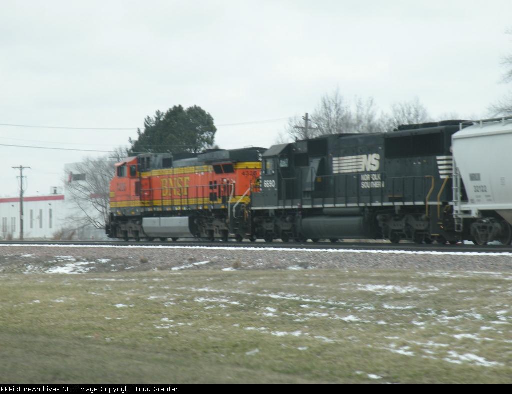 BNSF 4326 & NS 6690