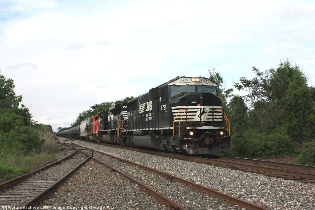 NS 6725 and CSX train K497
