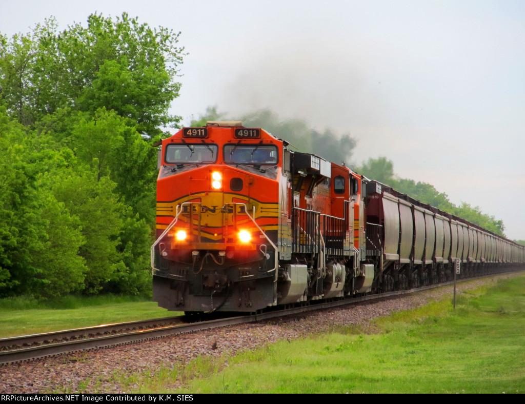 BNSF 4911 leads northbound grain